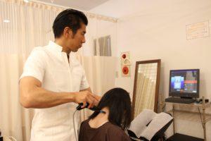 千葉県で起立性調節障害の中学生が通院する整体院での施術風景